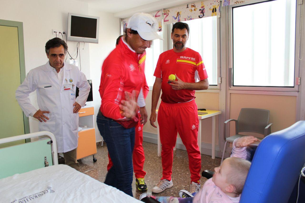 Visita sorpresa de Rafa Nadal a los niños con cáncer en Valencia