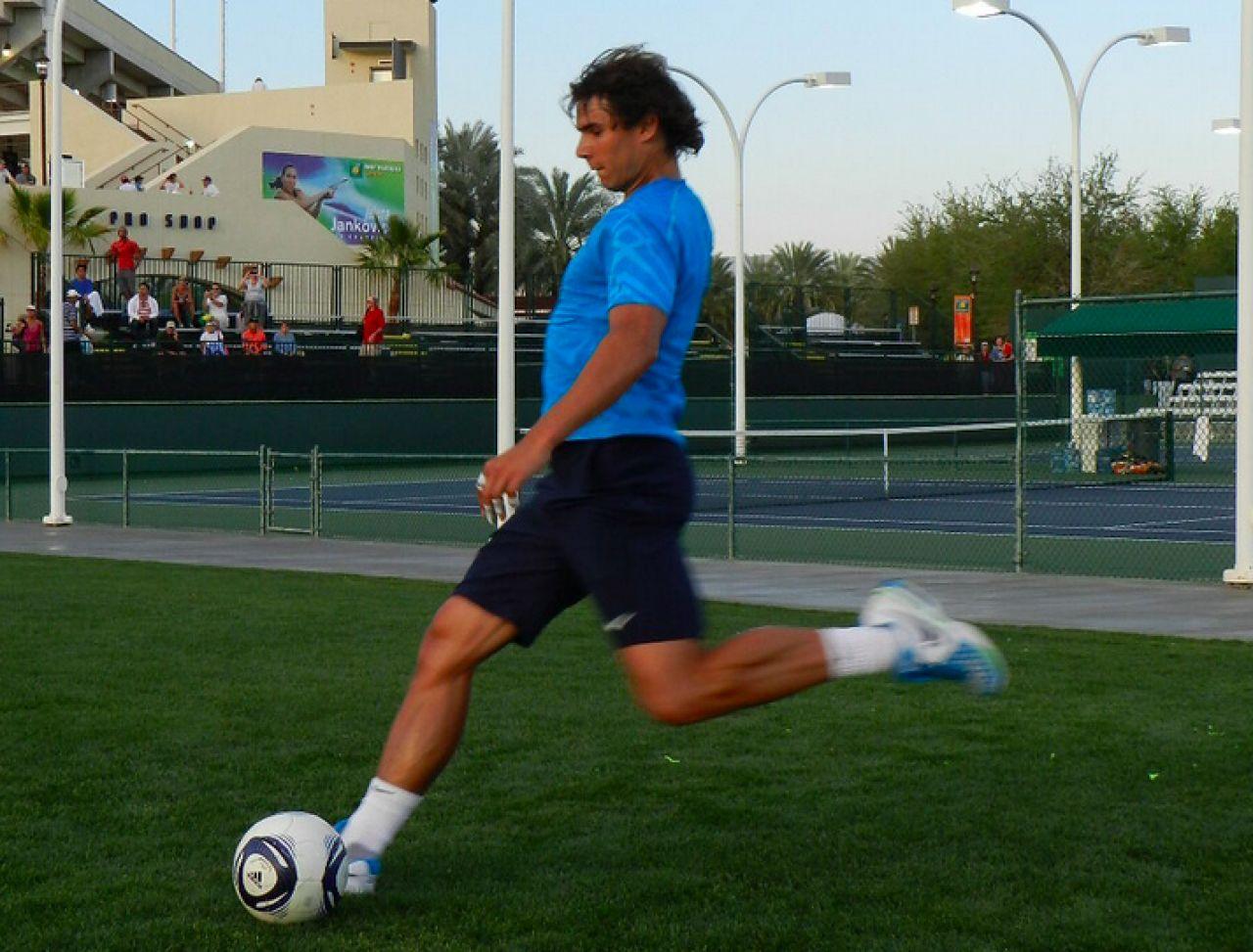 ¿Rafa Nadal jugando al fútbol de hoy?