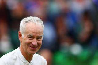 Pelotazo de Nadal hacia la cabina de McEnroe y la bola entró